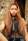 Красивая азиатская девушка с красивыми коричневыми длинными волосами Красивая мода девушки Стоковые Изображения