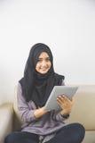 Красивая азиатская девушка с планшетом Стоковое Изображение RF