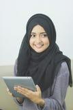 Красивая азиатская девушка с планшетом Стоковые Фотографии RF