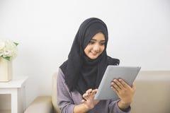 Красивая азиатская девушка с планшетом Стоковые Фото