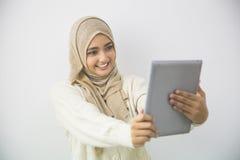 Красивая азиатская девушка с планшетом Стоковое Изображение