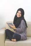 Красивая азиатская девушка с планшетом Стоковое Фото