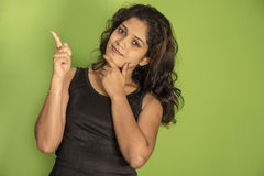 Красивая азиатская девушка указывая палец вверх Стоковое Фото