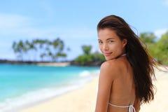 Красивая азиатская женщина бикини ослабляя на пляже Стоковое Изображение