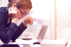 Красивая азиатская женщина держа карандаш и думает для пишет на whit Стоковые Фотографии RF