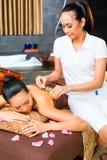 Красивая азиатская женщина получая массаж стоковое фото