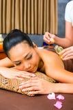 Красивая азиатская женщина получая массаж стоковая фотография rf