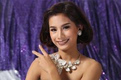 Красивая азиатская женщина с ожерельем серег диаманта для Christm Стоковые Изображения