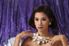 Красивая азиатская женщина с ожерельем серег диаманта для Christm Стоковая Фотография