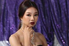 Красивая азиатская женщина с ожерельем серег диаманта для Christm Стоковое Фото