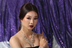 Красивая азиатская женщина с ожерельем серег диаманта для Christm Стоковые Фотографии RF