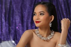 Красивая азиатская женщина с ожерельем серег диаманта для Christm Стоковое Изображение RF