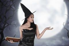 Красивая азиатская женщина с fairy платьем и открытой ладонью Стоковое Изображение