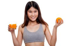 Красивая азиатская здоровая девушка с апельсиновым соком и оранжевым плодоовощ Стоковые Фотографии RF