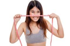 Красивая азиатская здоровая девушка с измеряя лентой Стоковая Фотография RF