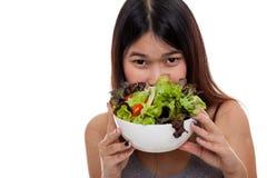 Красивая азиатская здоровая девушка с салатом Стоковые Фотографии RF