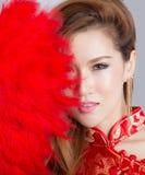 Красивая азиатская модель нося традиционное Cheongsam Стоковые Изображения