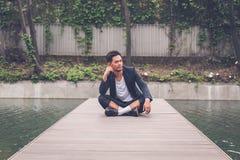 Красивая азиатская модель представляя искусственным тазом Стоковая Фотография