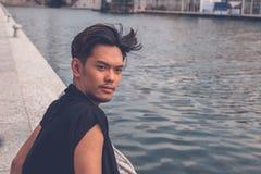 Красивая азиатская модель сидя искусственным тазом Стоковое Фото