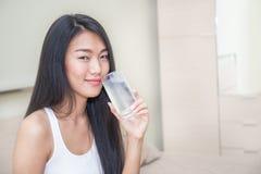 Красивая азиатская питьевая вода женщины Стоковое Фото