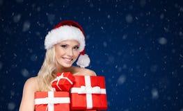 Красивая дама в крышке рождества держит комплект настоящих моментов стоковое изображение rf