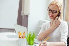 Красивая дама дела работает в офисе Стоковая Фотография RF