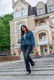 Красивая дама около лидирующих домов Стоковое Фото