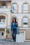 Красивая дама около лидирующих домов Стоковая Фотография