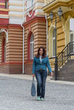 Красивая дама около лидирующих домов Стоковые Фото
