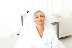 Красивая дама ослабляя после обработки cosmetologist стоковые фото
