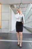 Красивая дама офиса говоря на телефоне и идти Стоковые Фото