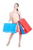 Красивая дама стоя и быть содержимый с хозяйственными сумками Стоковая Фотография RF