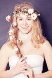 Красивая дама с цветком хлопка Стоковая Фотография RF