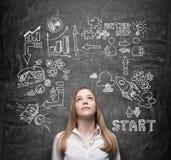 Красивая дама думает о возможностях для бизнеса Концепция бредовой мысли Значки дела нарисованы за персоной Стоковая Фотография RF
