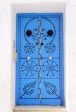 Красивая арабская голубая дверь, перемещение Тунис стоковые изображения