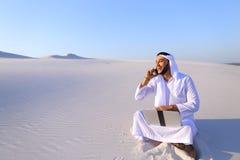 Красивая аравийская коммерсантка парня вызывая sitt делового партнера Стоковые Фото
