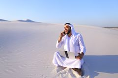 Красивая аравийская коммерсантка парня вызывая sitt делового партнера Стоковое Изображение RF