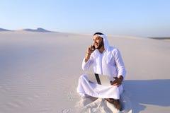 Красивая аравийская коммерсантка парня вызывая sitt делового партнера Стоковые Изображения