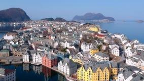 Красивая архитектура городка Alesund на солнечном дне в Норвегии сток-видео