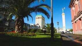 Красивая архитектура и зеленый парк на Европе придают квадратную форму в центре Батуми, Georgia акции видеоматериалы