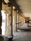 Красивая архитектура столбцов старых руин виска в Hampi стоковые фотографии rf