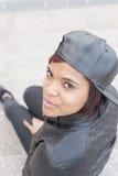 Красивая латинская молодая женщина с бейсбольной кепкой, городским стилем стоковое изображение