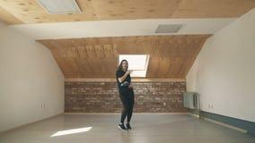Красивая атлетическая мода танцев девушки и скача рискованное предприятие сток-видео