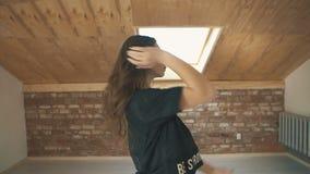 Красивая атлетическая мода танцев девушки и скача средняя съемка сток-видео