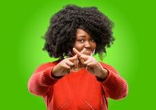 Красивая африканская женщина при вьющиеся волосы изолированное над зеленой предпосылкой стоковая фотография rf