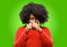 Красивая африканская женщина при вьющиеся волосы изолированное над зеленой предпосылкой стоковое фото