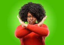Красивая африканская женщина при вьющиеся волосы изолированное над зеленой предпосылкой стоковые фотографии rf