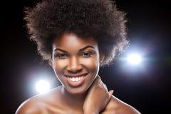 Красивая африканская женщина с афро стилем причёсок стоковое фото rf