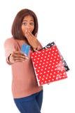 Красивая африканская женщина усмехаясь держащ кредит c стоковая фотография rf