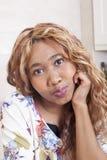 Красивая африканская молодая женщина Стоковые Фотографии RF